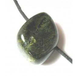 Trommelstein gebohrt Verdith (Serpentin-Gestein)